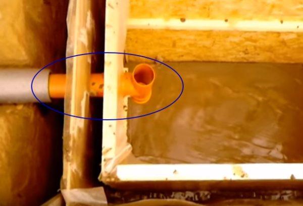 Место входа трубы в септик.