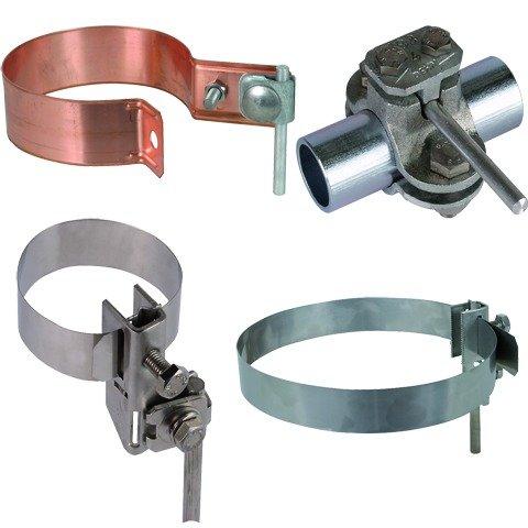 Металлические хомуты с зажимами для крепления заземляющего проводника к стальным трубам.