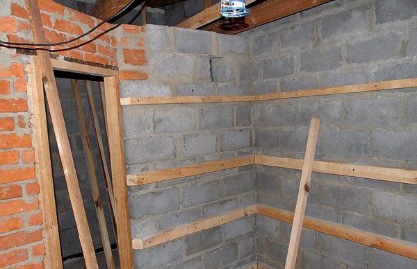 Монтаж деревянного каркаса на стены из газоблоков