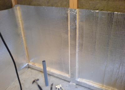 Монтаж фольги на стены