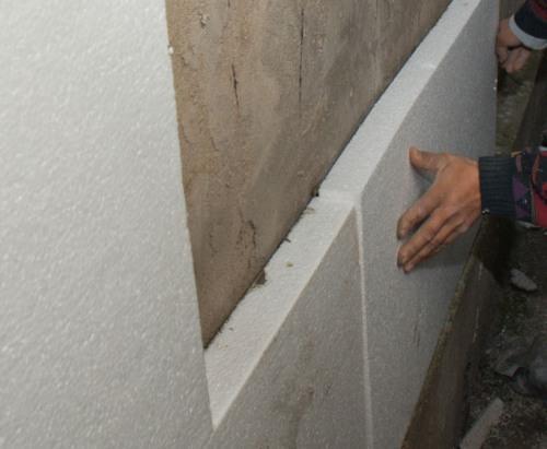 Монтаж листов пенополистирола на стену.