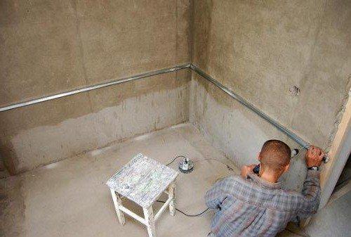 Монтаж опорного профиля в месте установки ванны: облицовывать стены до самого пола здесь не нужно!