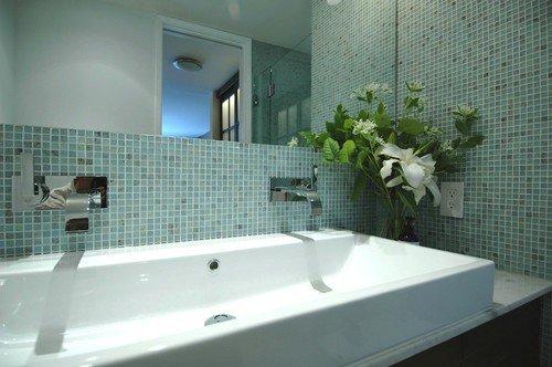 На фото - дизайн интерьера ванны с двойным умывальником.