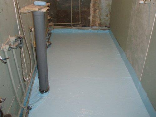 На фото - «корыто» из гидроизоляционного материала в ванной.