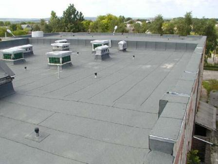 На фото - крыша многоквартирного дома с выводами вентканалов и канализации.