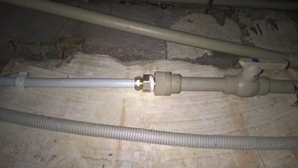 На фото - соединение полипропиленовой и металлополимерной подводок холодного водоснабжения в моем подвале.