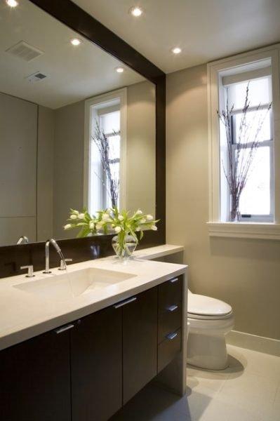 На фото: использование больших зеркал – один из самых простых способов зрительно расширить пространство