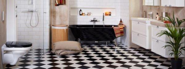 На фото: классика никогда не теряет актуальности, керамика небольшого размера на полу и стенах смотрится отлично