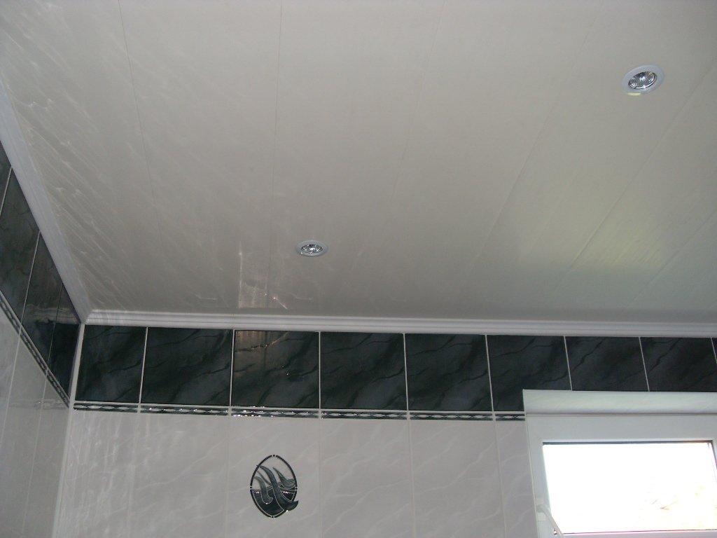 Подвесные потолки в ванной из пластиковых панелей
