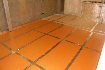 На поверхность бетона приклеивается пеноплекс.