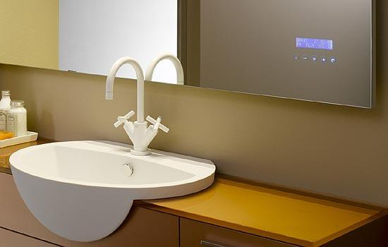 На поверхности есть информационный дисплей, а также кнопки регулировки звука и переключения песен