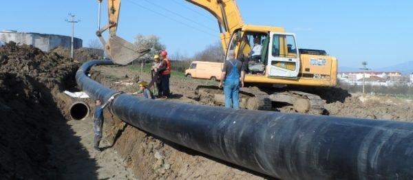 На снимке хорошо заметно, что магистраль водоснабжения укладывается в грунт с плавным изгибом.