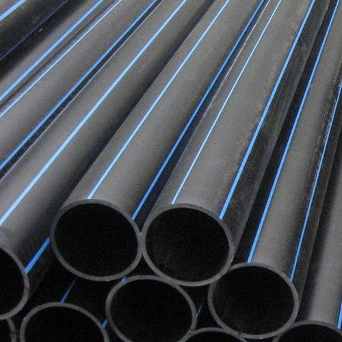 Напорные полиэтиленовые трубы для холодной воды - черные с синей полосой.