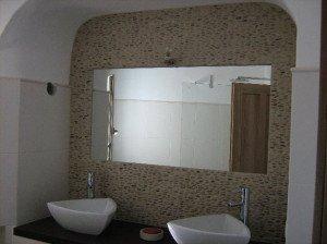 Настенное зеркало без рамки органично вписывается в любое окружение