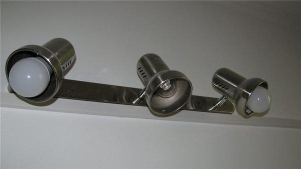 Настенный спотовый светильник со светодиодными лампами. Средняя лампа мощностью 5 ватт используется в качестве дежурного освещения, остальные две (по 12 ватт каждая) - в качестве основного.