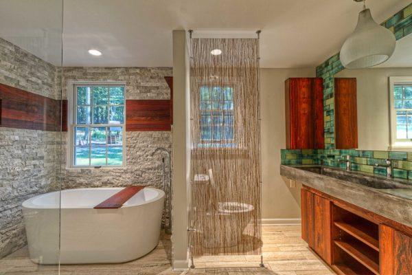 Насыщенная, яркая, светло-зеленая плитка в ванной отлично соседствует с природными материалами и натуральными оттенками