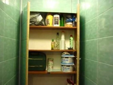 Навешенные дверки в шкафу в туалете.