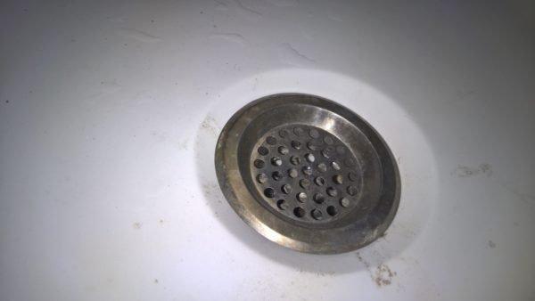 Нержавеющая сетка предотвратит попадание мелкого мусора и волос в канализацию.