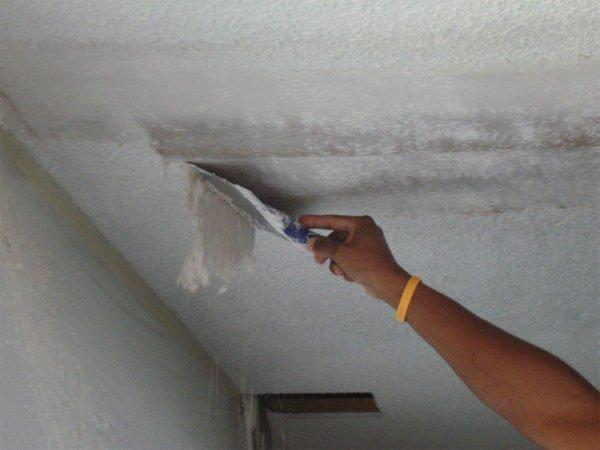 Нужно очистить потолок до бетонной плиты