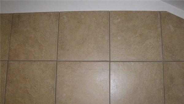 Общий вид стены с затиркой швов герметиком.