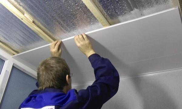 Обшивка потолка пластиковыми панелями.