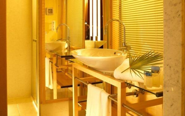 Обстановка жёлтой ванной погружает вас в атмосферу курорта