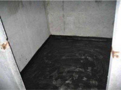 Очень важно сделать бортики на стенах и покрыть гидроизоляцией стены, которые могут намокать в процессе эксплуатации ванной.