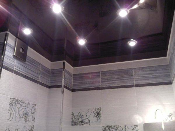 Одноцветный глянцевый натяжной потолок в ванной