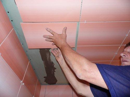 Оформление потолка керамической плиткой