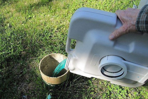 Отходы, которые были разложены формальдегидом, следует сливать только в канализацию.