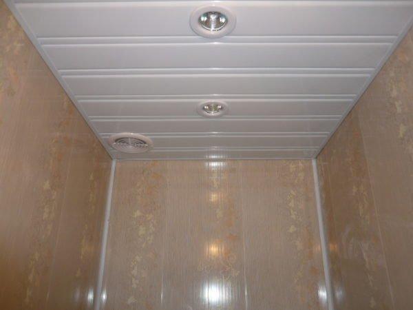 Пластиком можно отделывать и стены, и потолок.