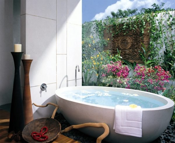 Плитка, как отделочный материал, обладает массой преимуществ, особенно если речи заходит о ванной комнате. Нанесение на поверхность плитки изображения имеет исключительно декоративный эффект, который непременно отразится на конечном результате ваших ремонтных стараний.