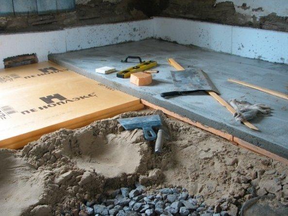 Плиты пеноплекса укладываются на песок.