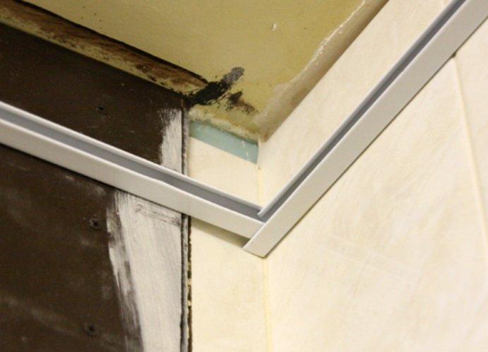 Потолок в ванной из панелей: отделка пластиковыми и алюминиевыми рейками Obustroeno.Com