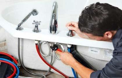 Подключение гибких шлангов, подающих горячую и холодную воду