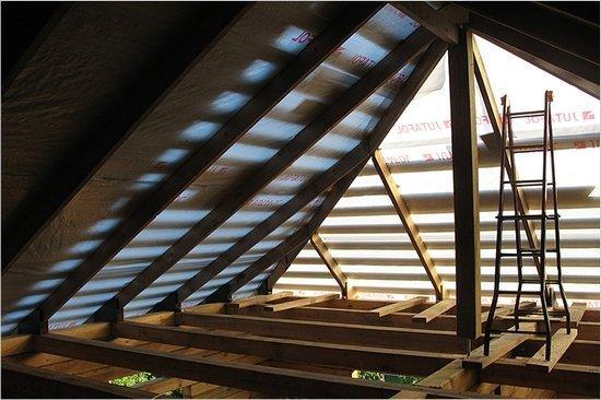 Подкрышное пространство нужно защищать от влаги гидроизоляционными пленками.