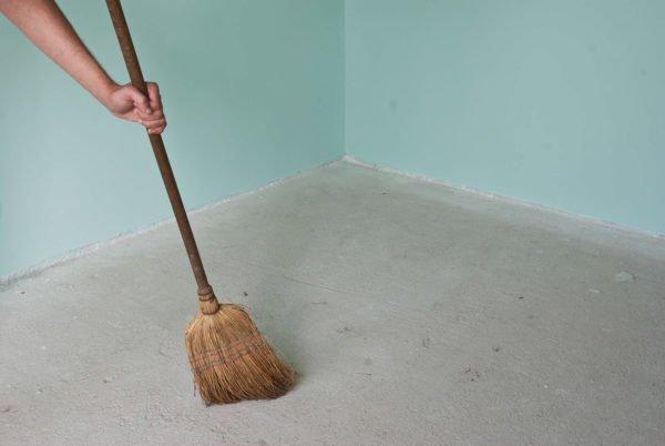 Пол нужно очистить от пыли и мусора.