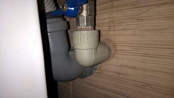 Полипропиленовая подводка холодного и горячего водоснабжения разведена в стенах.