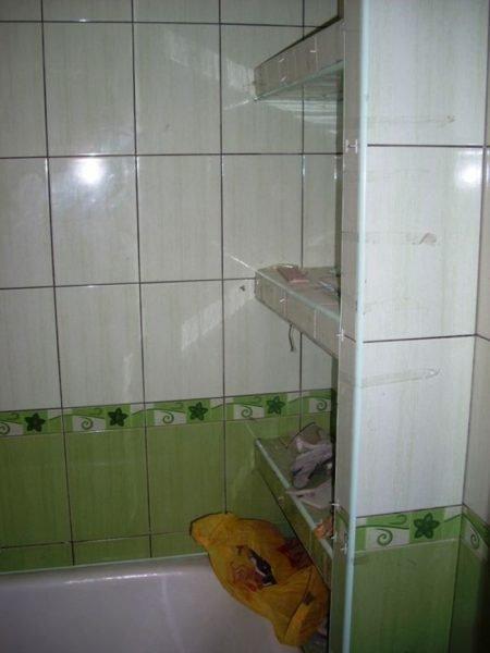 Полки из плитки в туалетной комнате.