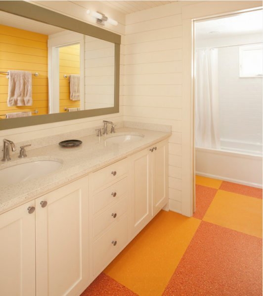 Полукоммерческий линолеум идеально подходит для укладки в ванной.
