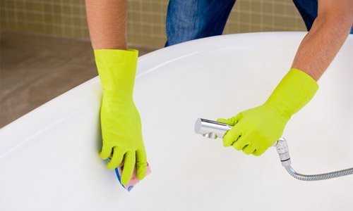 После удаления загрязнений ванну промываем