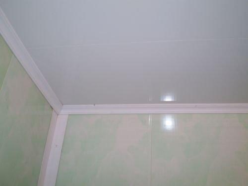 Потолок облицованный пластиковыми панелями