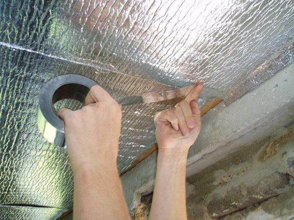 Поверх утеплителя потолок подшивается пенофолом.