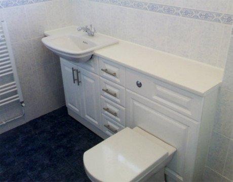 Предметы мебели отлично скроют водопроводные трубы.
