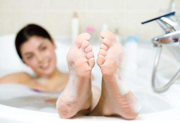 При приготовлении ванночки для ног старайтесь не использовать пластиковые тазики