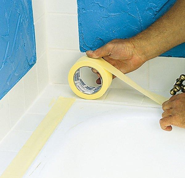 При проведении ремонтных работ ванну нужно защищать подручными средствами.