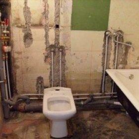 При скрытой разводке трубы нужно вмуровывать в стены.