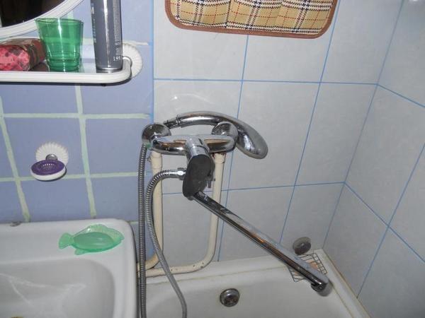 Прибор с поворотным гусаком - общий для ванны и умывальника.