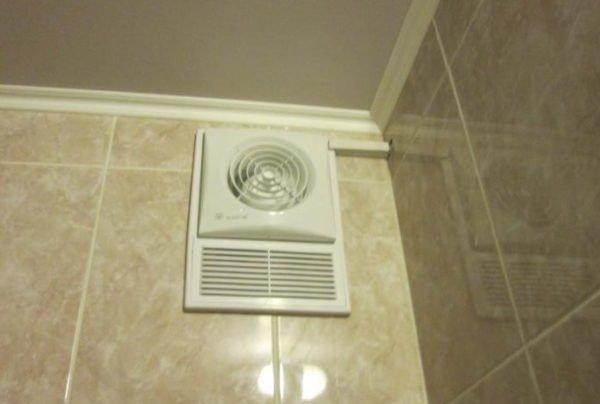 Принудительная вентиляция санузла поможет снизить влажность.