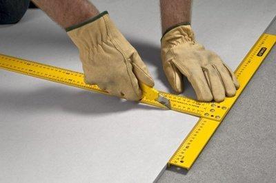 Профессионалы для раскроя гипсокартона используют специальный Т-образный угольник, но можно обойтись и простой металлической линейкой